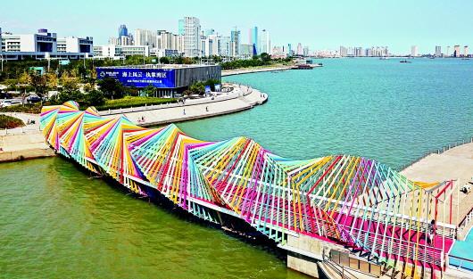 青岛  9月11日,西海岸新区唐岛湾畔,一座新近落成的彩虹桥吸引了不少