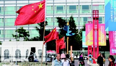 青岛奥帆中心内竖起国旗 迎接祖国69岁生日