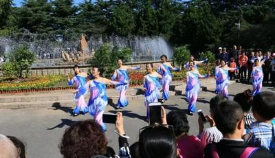 蓝天为幕大地是台 国庆微演艺十一中山公园登场