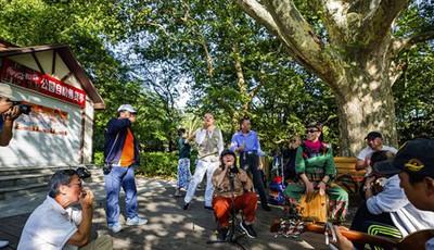 """民间有""""名角"""" 中山公园接地气的小乐队 为国庆增添喜庆气氛"""
