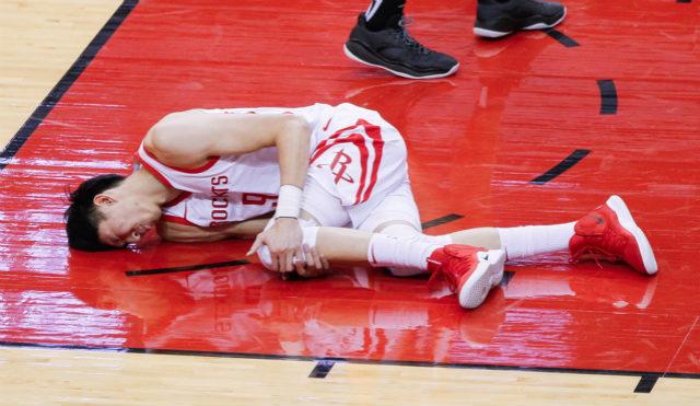 NBA丨周琦热身赛被斯科拉压伤左膝,赛季前景再次蒙阴影