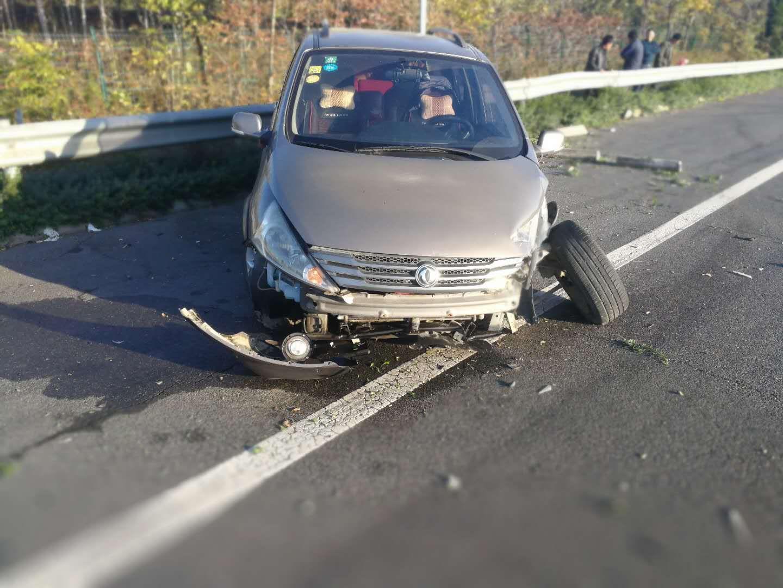 长点心吧!高速路上轿车撞护栏,都是疲劳驾车惹的祸