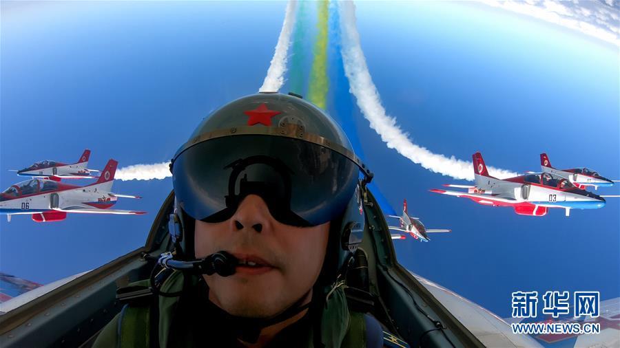 第十二届中国国际航空航天博览会开幕 中国空军飞行表演异彩纷呈