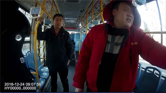 """319公交色狼""""咸猪手""""骚扰女乘客?市北警方还原现场真相"""