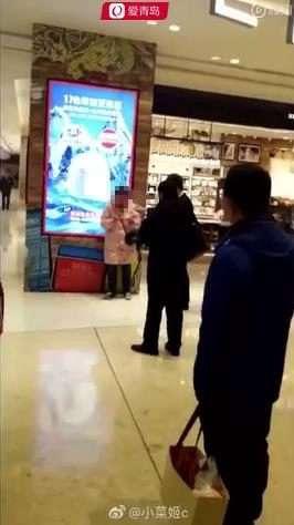 打砸青岛万象城香奈儿专柜服务员女生被扯下steam游戏推荐玩衣服的图片