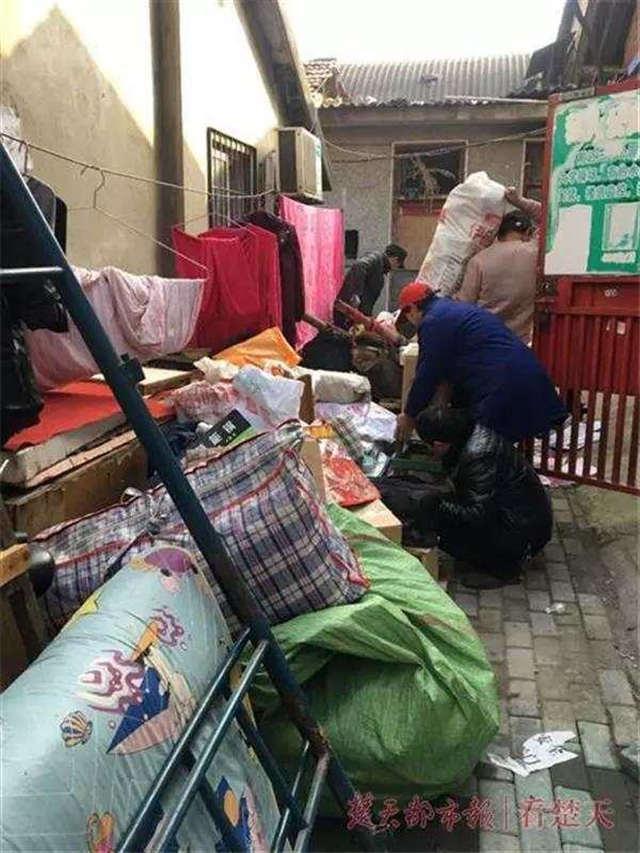 武汉男子崩溃:买的房被霸占16年 一套房被隔成43间出租