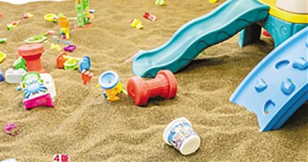儿童游乐场内的沙池。钱江晚报 图 钱江晚报2月26日报道,爱玩沙是孩子的天性。与传统沙子相比,当下,在很多家长眼中,更干净卫生的决明子成为了新宠,各大游乐场的决明子沙池备受欢迎。 不过,这两天,杭州宝妈姚女士却因为带女儿去决明子沙池玩被吓得不轻,女儿也连遭了两天的罪,她在沙池玩了七八分钟,决明子进了耳朵。连续两天,我带着她跑了四家医院,才好不容易取出来。直到现在,她的耳朵还有充血。 决明子卡住外耳道鼓膜,连跑四家医院才取出 2月23日下午两点多,姚女士带21个月大的宝宝去了尚城利星内的妙妙乐儿童乐园玩
