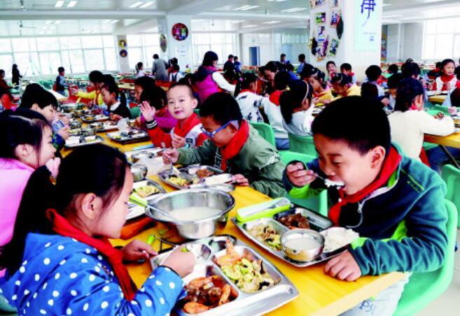 """标准化食堂今年覆盖中小学 """"青岛经验""""成标杆"""