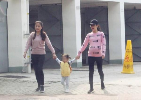 方媛挺二胎巨肚散步 郭富城曾表示:要��渖��蛩奶�