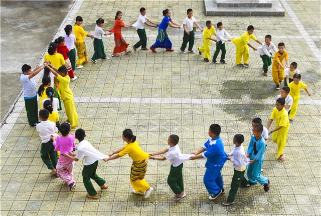 这个村寨属于两个国家,另一个国家的小孩,天天来中国 留学