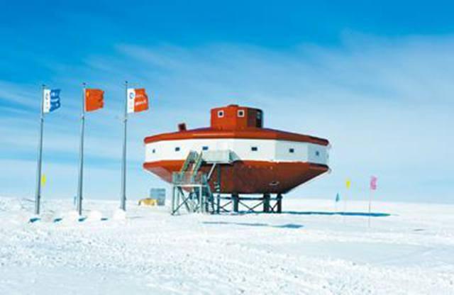 从自然资源部传来好消息:春节前曾碰撞冰山的第三十五次南极考察队成功脱险,顺利完成后续各项考察任务,队员们已搭乘雪龙号于3月12日顺利回到上海。 类似碰撞冰山这样意想不到的挑战,只是我国极地科考事业的一个小插曲。 从1984年我国首次开展南极考察活动算起,我国南极科考事业已走过35个春秋。今年,还恰逢南极中山站建站30周年,昆仑站建站10周年,泰山站建站5周年 35年来,南极科考经历了怎样的挑战,取得了哪些成绩?面向未来,南极科考还要做什么? 南极科考,始终贯穿爱国、求实、创新、拼搏的南极精神