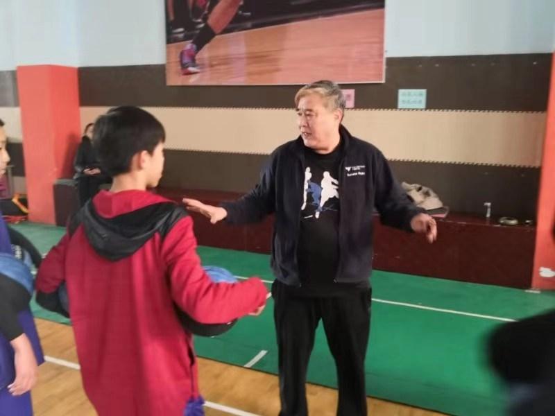 青岛有位超前怪球高手李锋曾代表中国男篮参加汉城亚运会退休后把一身技艺传给娃