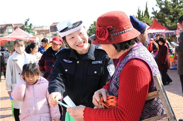 """青岛市公安局黄岛分局举步骤制和平宣传""""大集"""""""