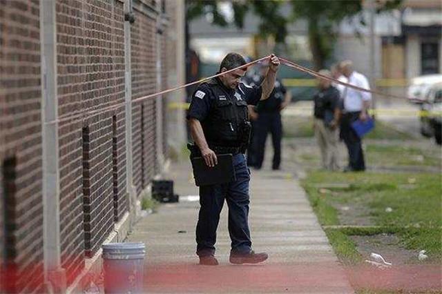 美国芝加哥上周末发生24起枪击事件,另有5起谋杀案