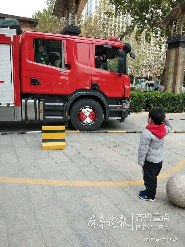 暖心一幕!泰安新兴园小区一住户阳台失火 山东六岁娃向出警消防