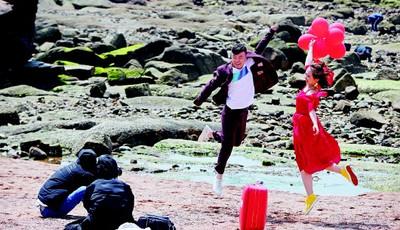 浪漫之春!青岛八大关景区海边新人忙拍婚纱照