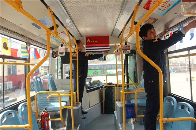 曾服役16年 青岛公交司机车内挂海军军旗迎海军节