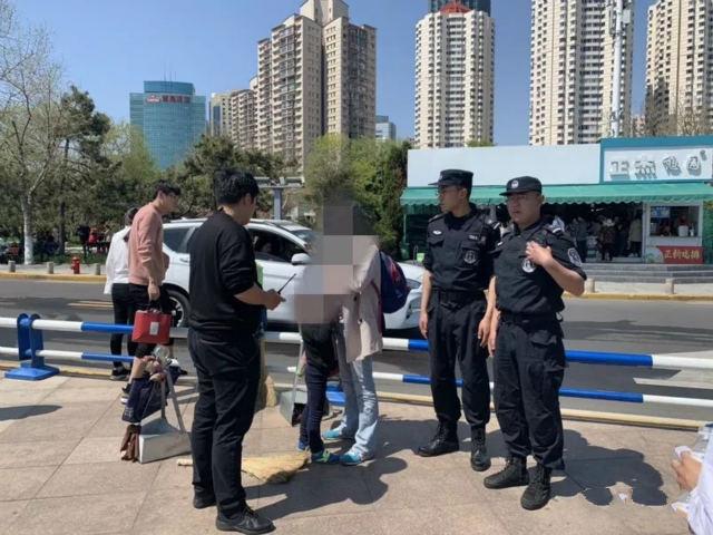 游玩时孩子走散急坏家长 青岛民警帮找回家长万分感激