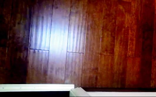 青岛一市民在达翁买圣象大爆奖网站地板 供暖季后踩地板咯吱响