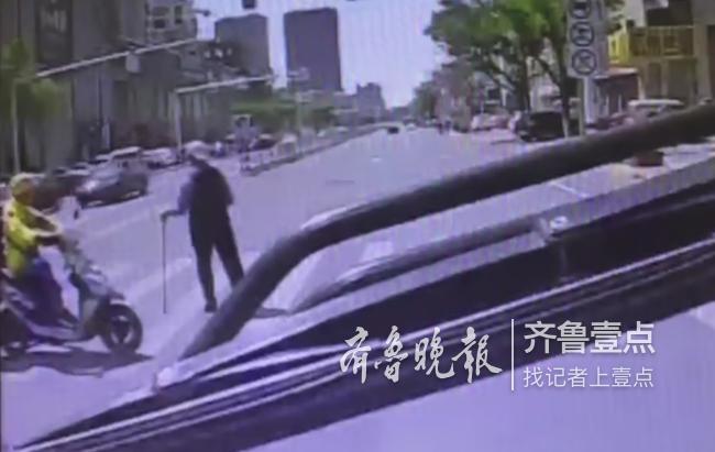 接力善举:烟台外卖小哥挡车流 公交司机背老人过马路