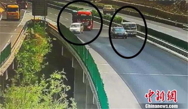 轿车高速路上急停变道引连环追尾后 司机竟还玩