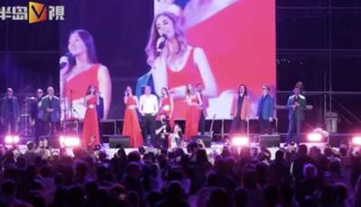 半岛V视   青岛奥帆中心的晚上 千人齐唱《喀秋莎》