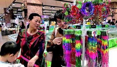 青岛:超市上架端午节主题传统手工艺品 吸引顾客注意