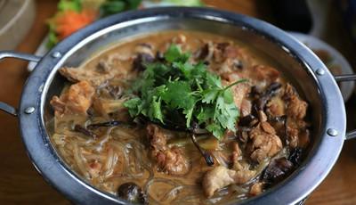新方式锅台鱼:小鸡炖蘑菇 东北野生榛蘑炖出好味道