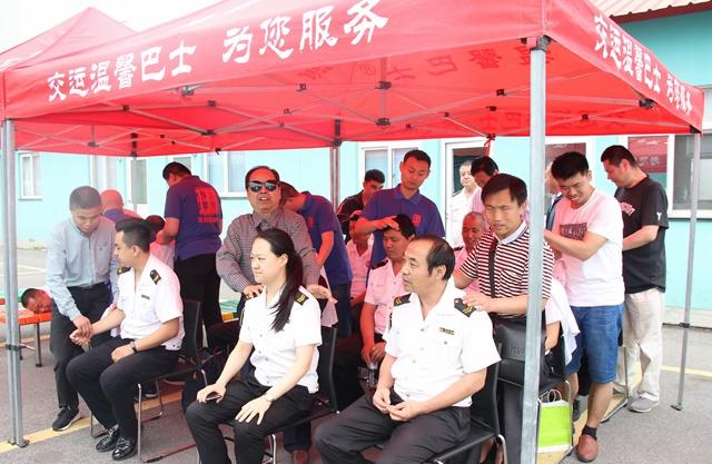 感恩公交司机,11名盲人提供为公交师傅们免费按摩