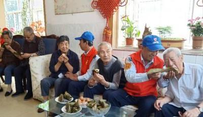 青岛:市北巴士红叶红志愿者端午节前慰问孤寡老人