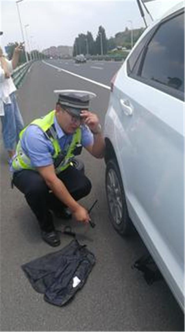 孩子中考家长送材料高速上爆胎,幸亏遇到高速交警相助