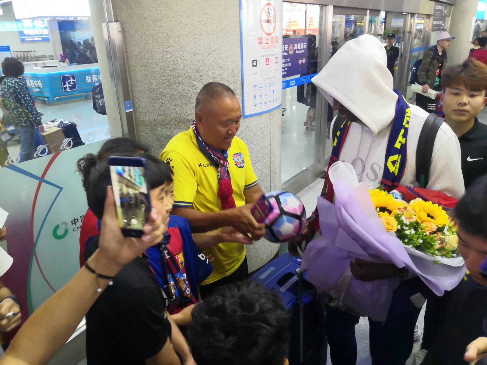 四屆非洲足球先生圖雷再回青島近百球迷接機 身材恢復距離簽約一步之遙