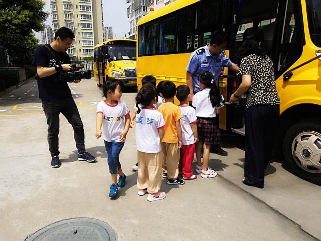 幼兒園來了新老師:嶗山交警與孩子們互動宣傳交通知識