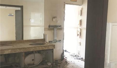 屋内变厕所水电用不了 曼哈顿广场房子托管后咋成这样?