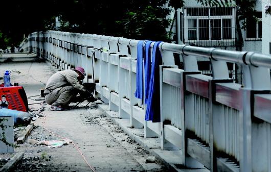 青岛仙居路人行道更换新护栏 行人过马路更安全