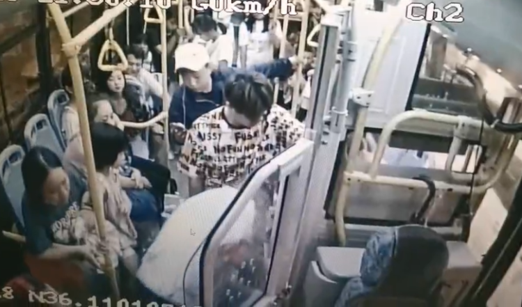 """坐公交玩手机当心啦!这个位置容易""""吞""""手机"""