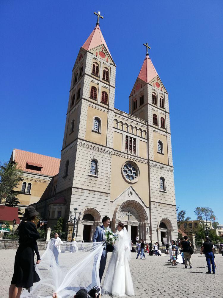 【游艇婚纱】又见青岛蓝!新人扎堆在青岛天主教堂前拍摄婚纱照