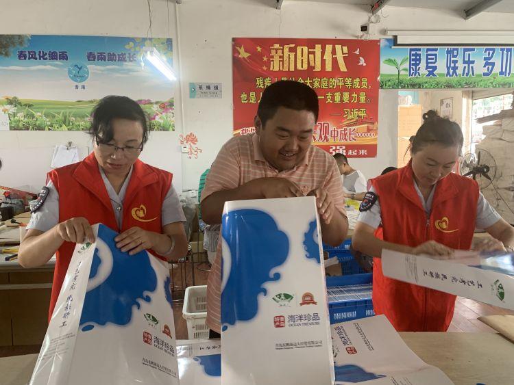 在孩子们的指导下,志愿者,们也试着动手折纸袋。刚开始,志愿者对制作流程不熟悉,有些手忙脚乱,但是在孩子们耐心的帮助下,折纸袋工作渐入佳境。最终在志愿者和孩子们的共同努力下,20多个纸袋制作完成,志愿者董文香表示:这些工作对于正常人来说也许很容易,但是对于这些残疾孩子们来说,他们能走出家门,走上工作岗位实属不易。通过跟他们一起制作纸袋,让我了解到,吗其实残疾人更渴望与外界接触,比正常人需要更多的帮助。在活动中志愿者还为孩子们修剪了头发,在临走时,孩子们依依不舍地送别志愿者。 据了解,春雨残疾人辅助性就业