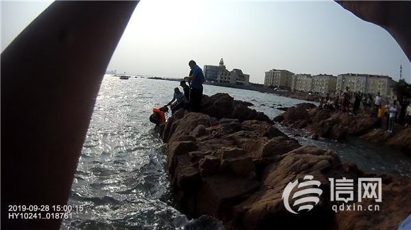 网事如歌・青岛故事:青岛八大关派出所救助被困礁石游客