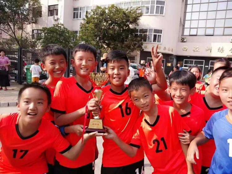 青岛华阴市文明网路小学在市手球锦标赛中取得佳绩