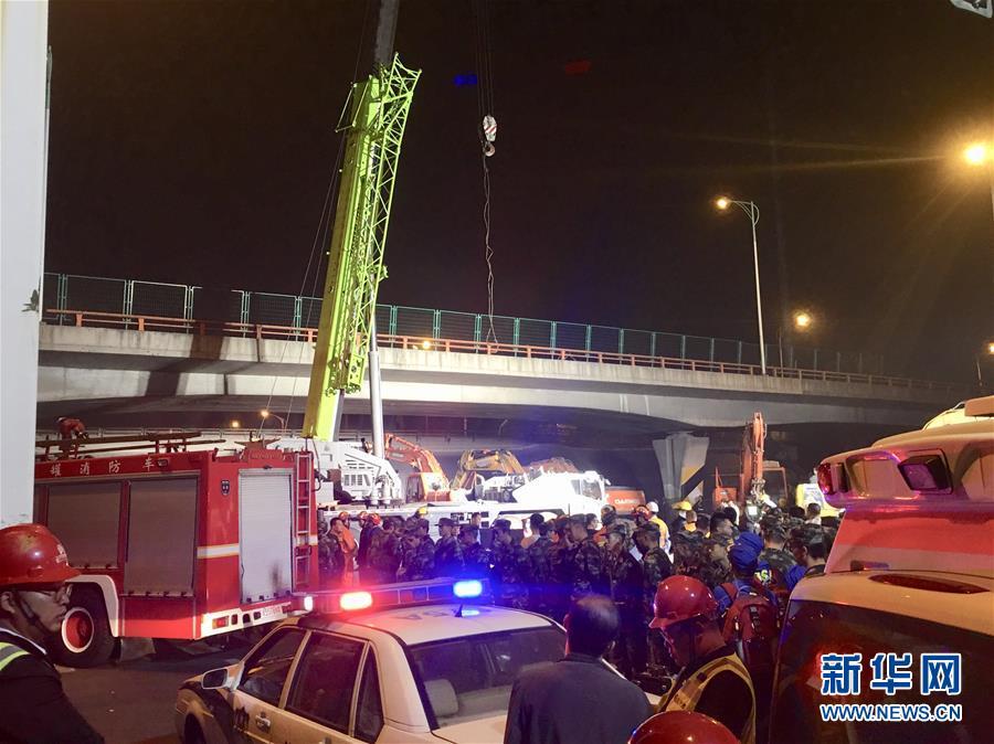 (突发事件)(1)无锡一高架桥桥面倒塌 三辆小车被压