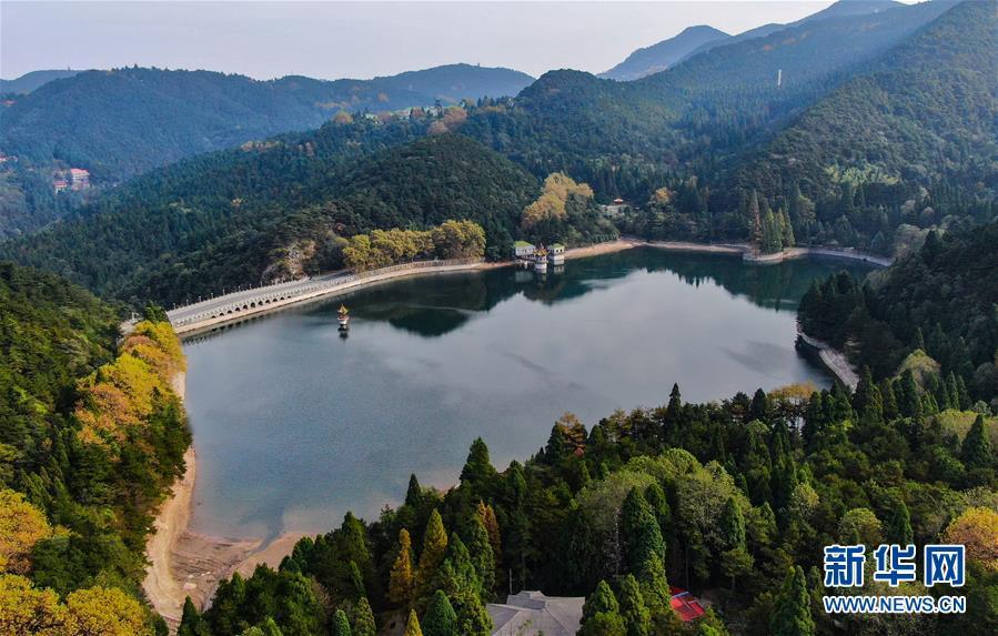 这是10月10日在庐山风景区内拍摄的芦林湖(无人机拍摄).