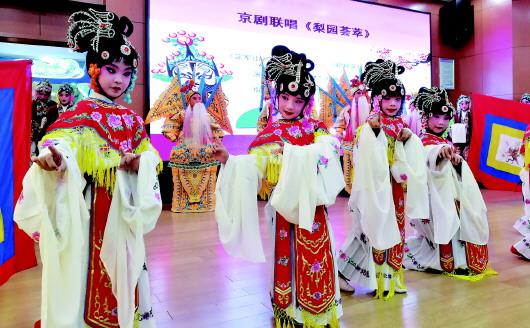 青岛展示特色课程教学成果 京剧进校园带来国粹风韵