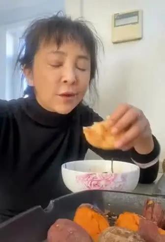 56岁李勤勤素颜啃烧饼被指不像明星 本尊回应:下了班就是家庭妇女