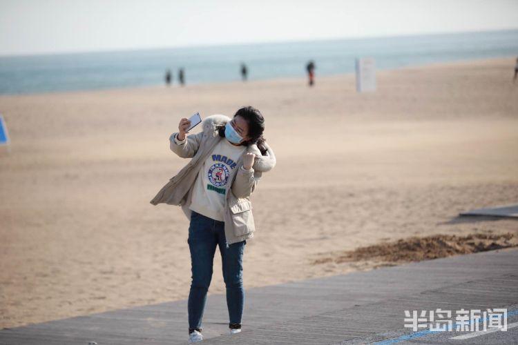 【大海】青岛气温逐渐回升 不少市民到海边散步、晒太阳
