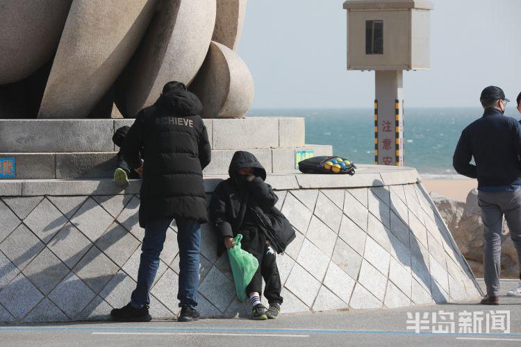 青岛周末天气好 市民海边感受春天