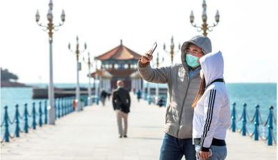春来沐轻风 青岛栈桥等景区恢复开放迎来游客