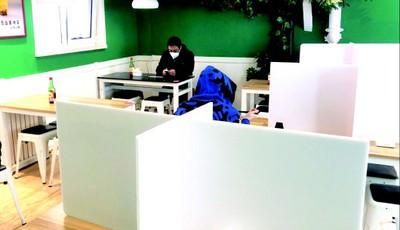青岛市北新都心餐饮业探访:堂食隔桌坐 外卖订单翻番