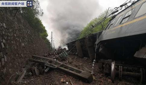 济南至广州T179次列车在湖南境内因塌方脱线起火 抢险救援工作已展开