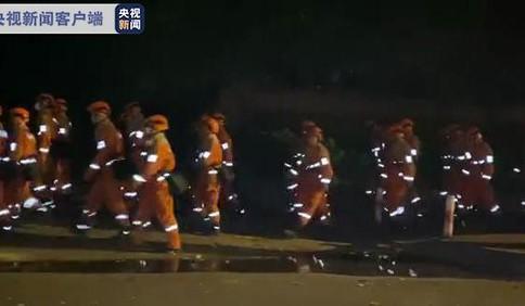四川西昌森林火灾最新进展:仍有明火 多路灭火队伍正在总攻